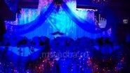 В темноте стол жениха и невесты смотрелся особенно эффектно