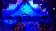 Подиум жениха и невесты: цветы, ткань, свет